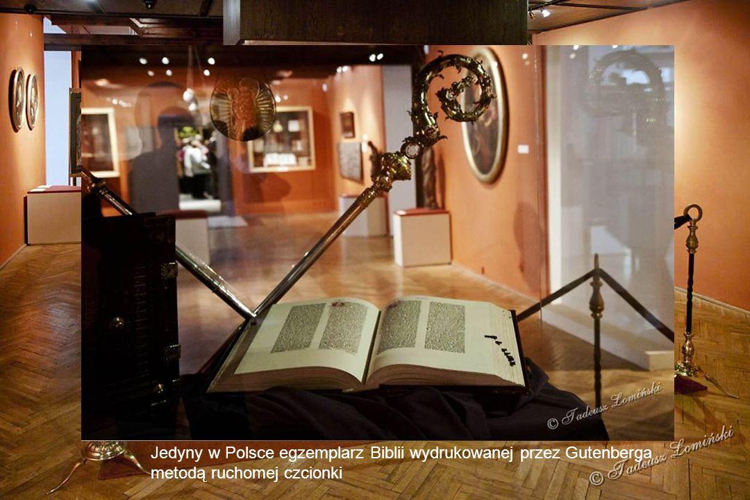 Ogrody biskupie - Pomnik Johannesa Gutenberga - złotnika i mincerza Rekonstrukcja prasy drukarskiej mistrza Gutenberga wykonana na podstawie XV wiecznych rycin, wystawiana w Muzeum Diecezjalnym Jedyny w Polsce egzemplarz Biblii wydrukowanej przez Gutenberga metodą ruchomej czcionki