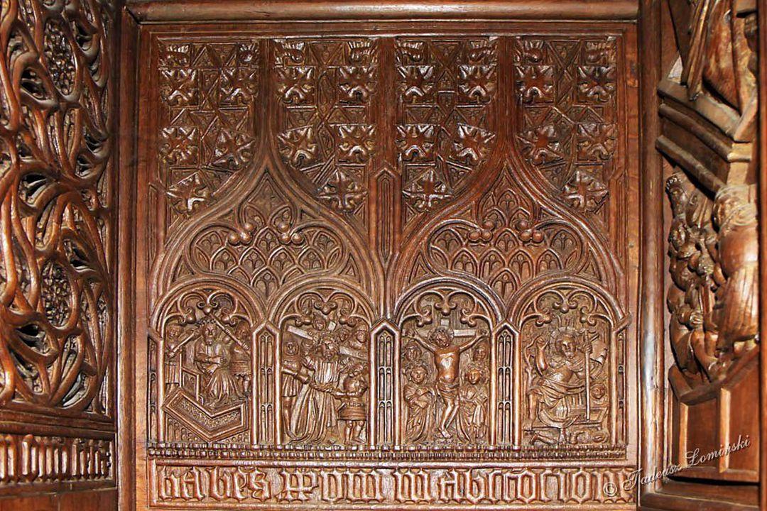 Prezbiterium – po obu stronach bogato rzeźbione drewniane ławki (stalle) Ambit – obejście prezbiterium za ołtarzem głównym