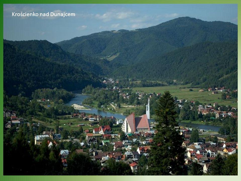 Na Trzy Korony można wejść szlakiem od Krościenka nad Dunajcem. Podejście początkowo jest strome a po około poł godziny przechodzi w bardziej łagodne