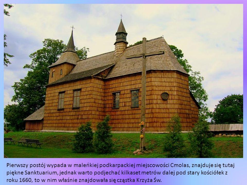 Najpierw jest las, nieważne z której strony i czym się jedzie, zewsząd otacza nas Puszcza Augustowska, potem skręca się w wieś, trzeba minąć drewniany kościółek, ołtarz polowy i wjechać w dróżkę prowadzącą do grobli usypanej w 1920 r.