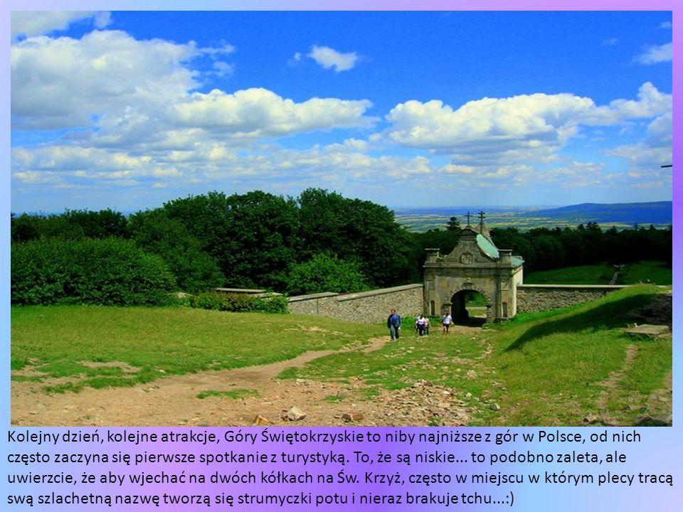 Ostra Brama w oddali jest jedyną zachowaną bramą z 9-ciu istniejących niegdyś w murach obronnych miasta, wzniesionych na początku XVI w.