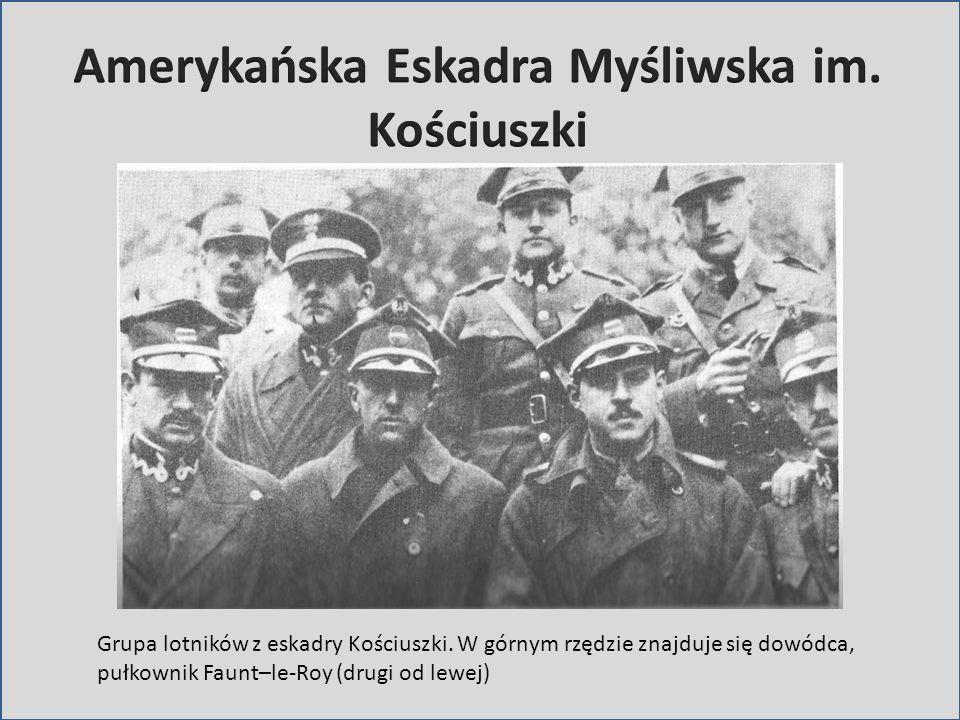 Grupa lotników z eskadry Kościuszki. W górnym rzędzie znajduje się dowódca, pułkownik Faunt–le-Roy (drugi od lewej)