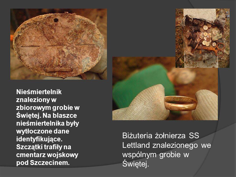 Nieśmiertelnik znaleziony w zbiorowym grobie w Świętej. Na blaszce nieśmiertelnika były wytłoczone dane identyfikujące. Szczątki trafiły na cmentarz w