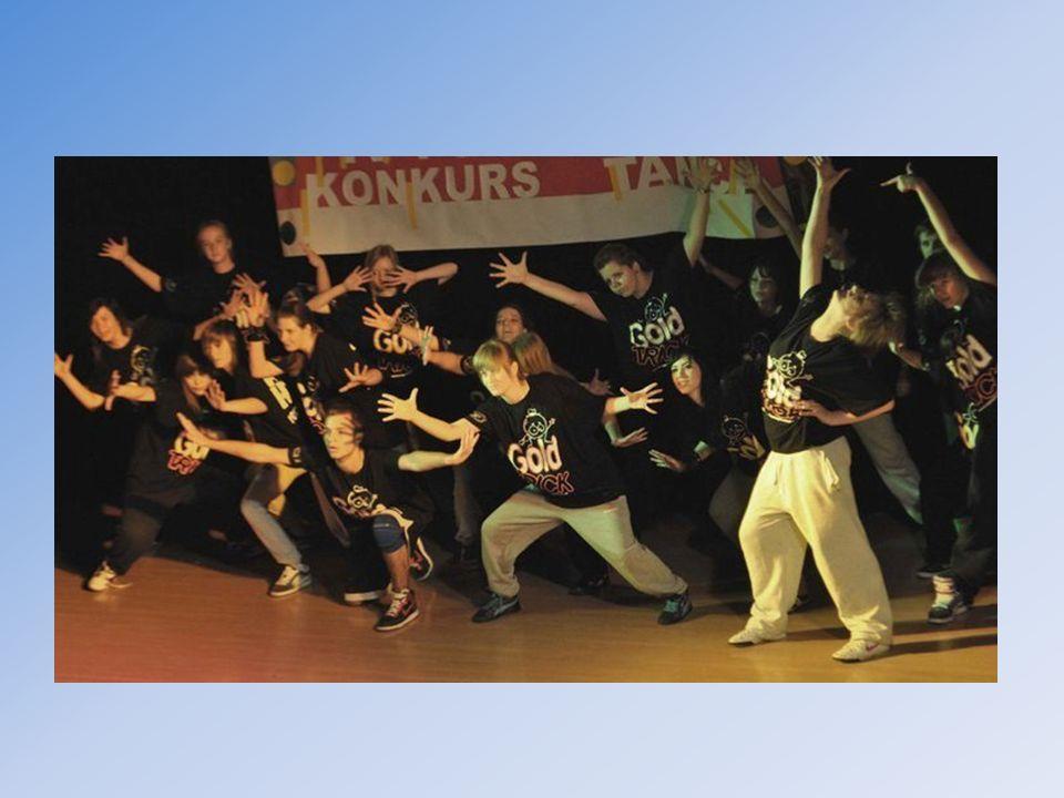 Grupka dziewczyn wraz z Eweliną wchodzą w skład naszego szkolnego zespołu tanecznego.