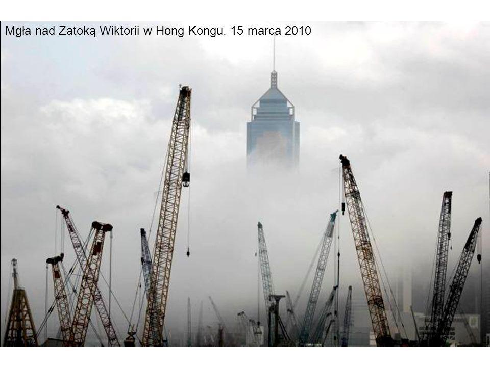 Mgła nad Zatoką Wiktorii w Hong Kongu. 15 marca 2010