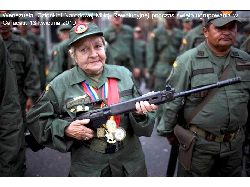 Wenezuela. Członkini Narodowej Milicji Rewolucyjnej podczas święta ugrupowania w Caracas. 13 kwietnia 2010