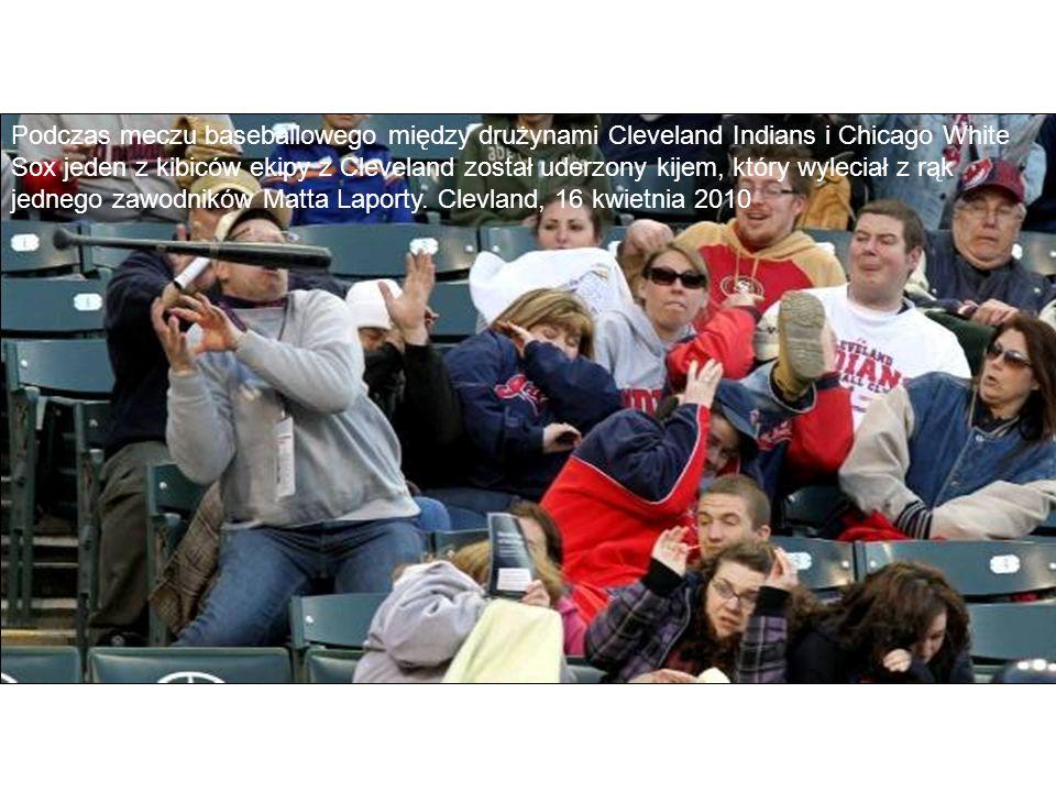 Podczas meczu baseballowego między drużynami Cleveland Indians i Chicago White Sox jeden z kibiców ekipy z Cleveland został uderzony kijem, który wyle