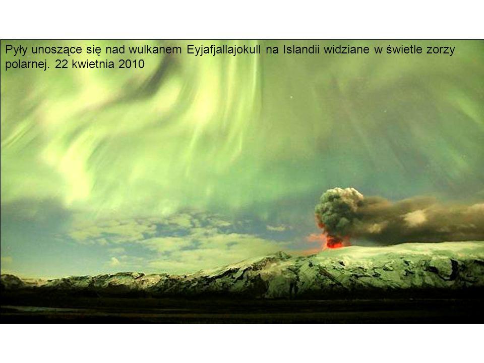 Pyły unoszące się nad wulkanem Eyjafjallajokull na Islandii widziane w świetle zorzy polarnej. 22 kwietnia 2010