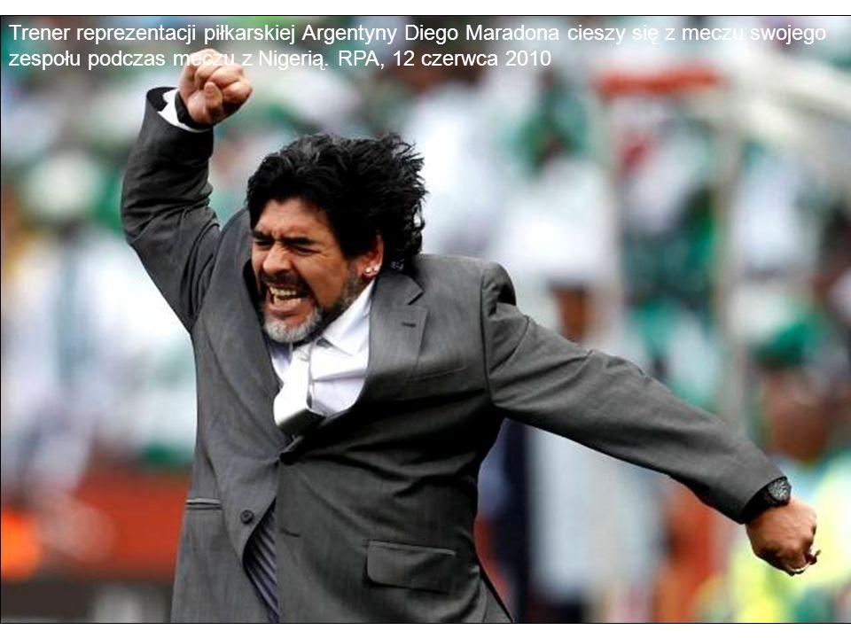 Trener reprezentacji piłkarskiej Argentyny Diego Maradona cieszy się z meczu swojego zespołu podczas meczu z Nigerią. RPA, 12 czerwca 2010