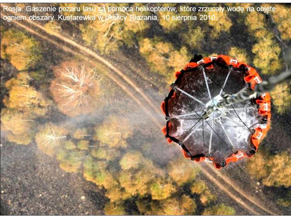 Rosja. Gaszenie pożaru lasu za pomocą helikopterów, które zrzucały wodę na objęte ogniem obszary. Kustarewka w okolicy Riazania, 10 sierpnia 2010