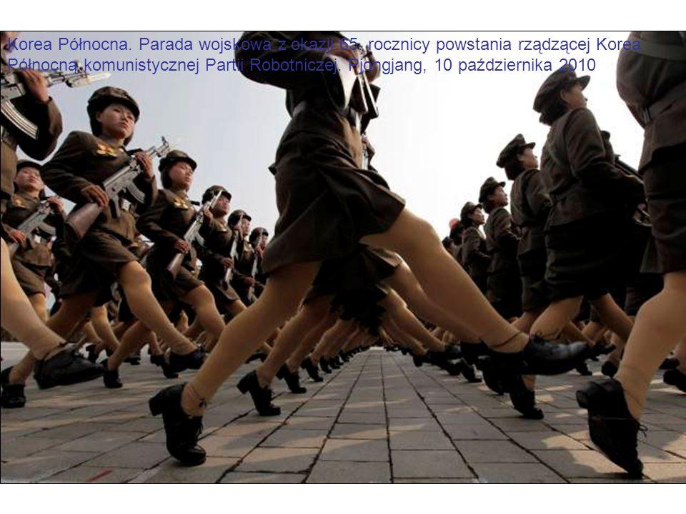 Korea Północna. Parada wojskowa z okazji 65. rocznicy powstania rządzącej Koreą Północną komunistycznej Partii Robotniczej. Pjongjang, 10 października