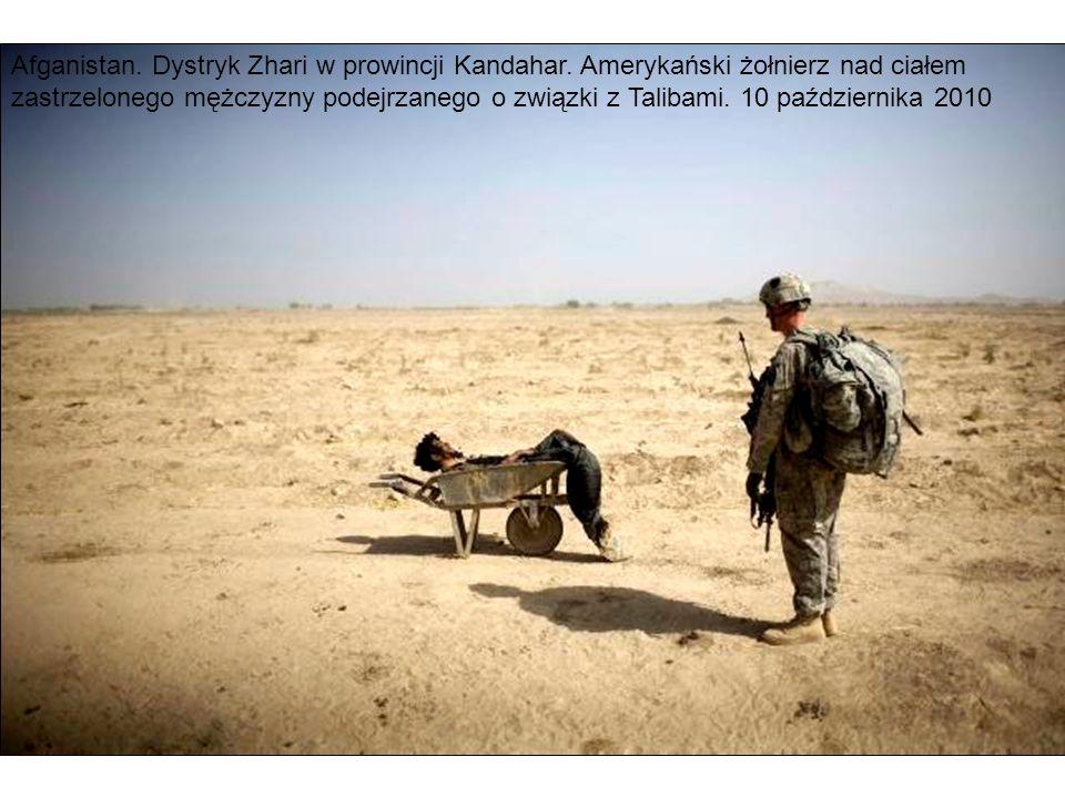 Afganistan. Dystryk Zhari w prowincji Kandahar. Amerykański żołnierz nad ciałem zastrzelonego mężczyzny podejrzanego o związki z Talibami. 10 paździer