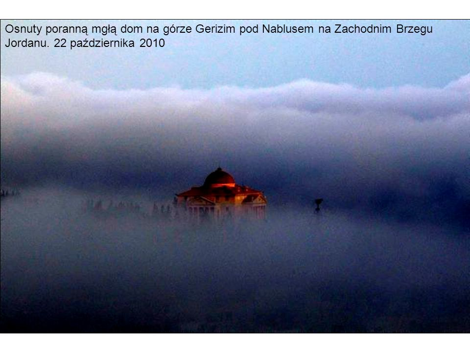 Osnuty poranną mgłą dom na górze Gerizim pod Nablusem na Zachodnim Brzegu Jordanu. 22 października 2010