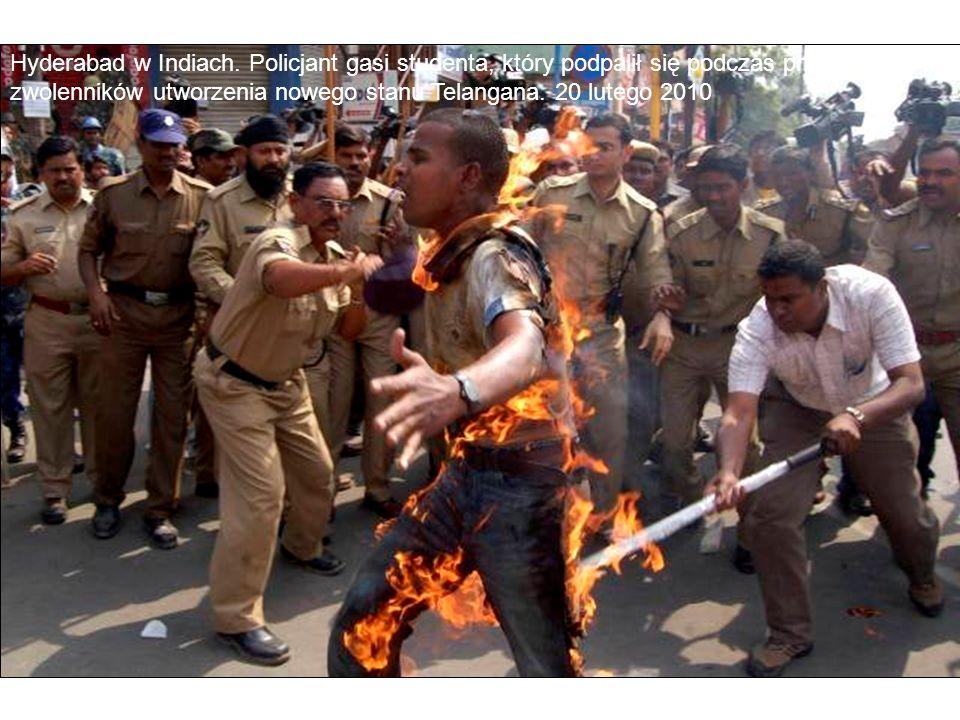 Hyderabad w Indiach. Policjant gasi studenta, który podpalił się podczas protestu zwolenników utworzenia nowego stanu Telangana. 20 lutego 2010