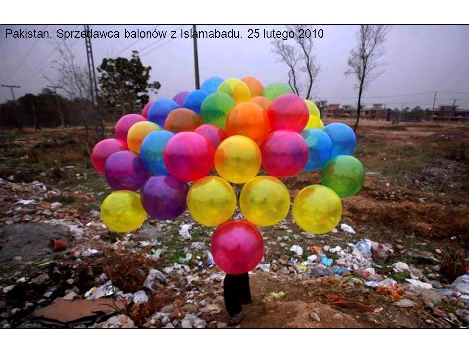 Pakistan. Sprzedawca balonów z Islamabadu. 25 lutego 2010