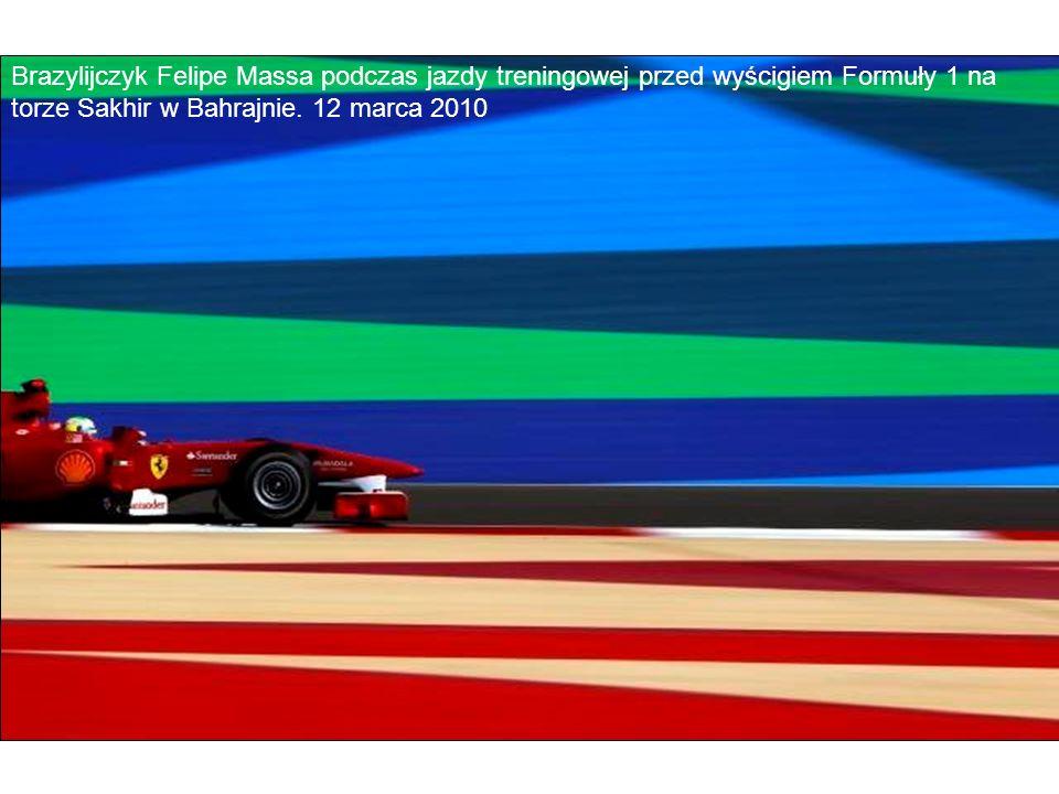 Brazylijczyk Felipe Massa podczas jazdy treningowej przed wyścigiem Formuły 1 na torze Sakhir w Bahrajnie. 12 marca 2010