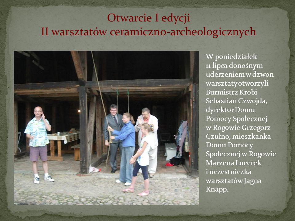 Otwarcie I edycji II warsztatów ceramiczno-archeologicznych W poniedziałek 11 lipca donośnym uderzeniem w dzwon warsztaty otworzyli Burmistrz Krobi Se