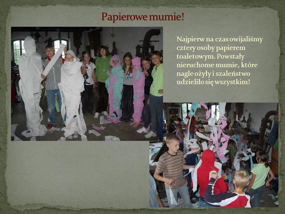 Najpierw na czas owijaliśmy cztery osoby papierem toaletowym. Powstały nieruchome mumie, które nagle ożyły i szaleństwo udzieliło się wszystkim!