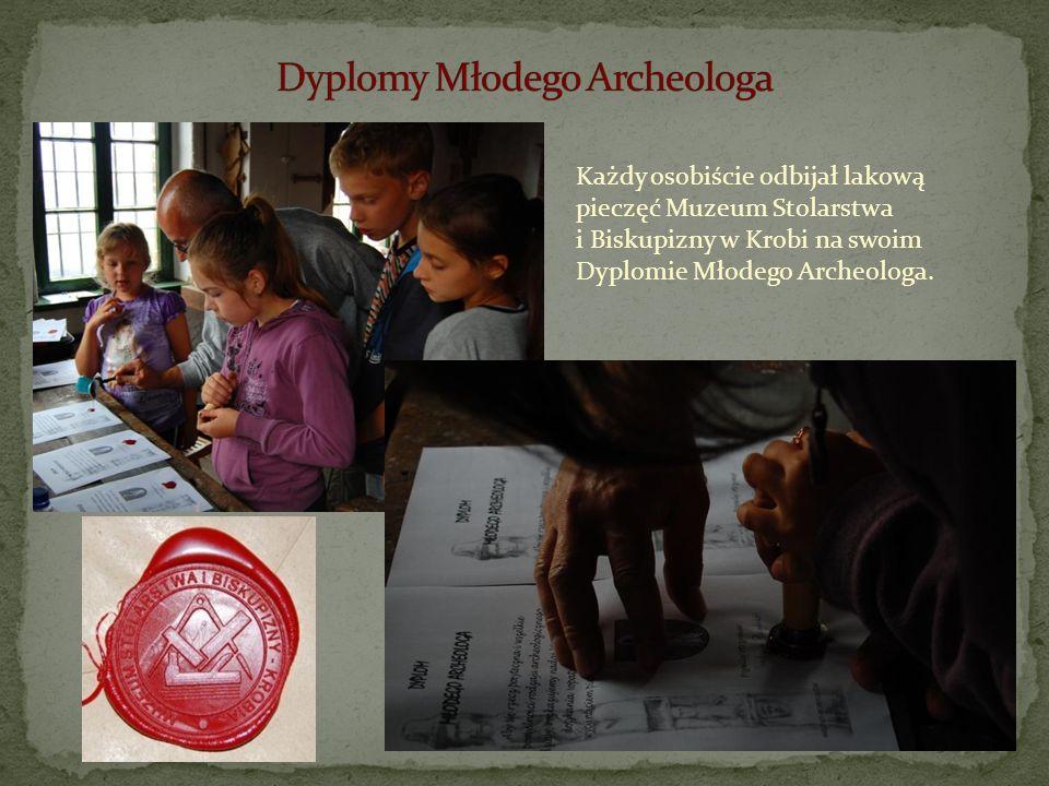 Każdy osobiście odbijał lakową pieczęć Muzeum Stolarstwa i Biskupizny w Krobi na swoim Dyplomie Młodego Archeologa.