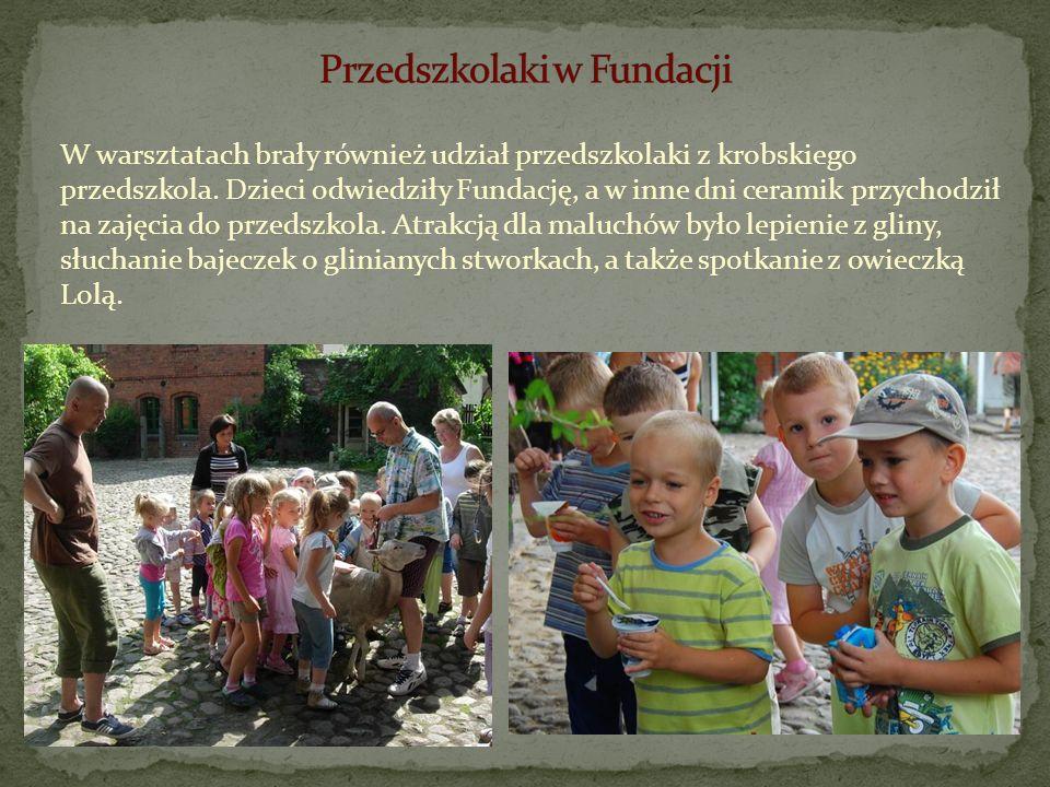 W warsztatach brały również udział przedszkolaki z krobskiego przedszkola. Dzieci odwiedziły Fundację, a w inne dni ceramik przychodził na zajęcia do