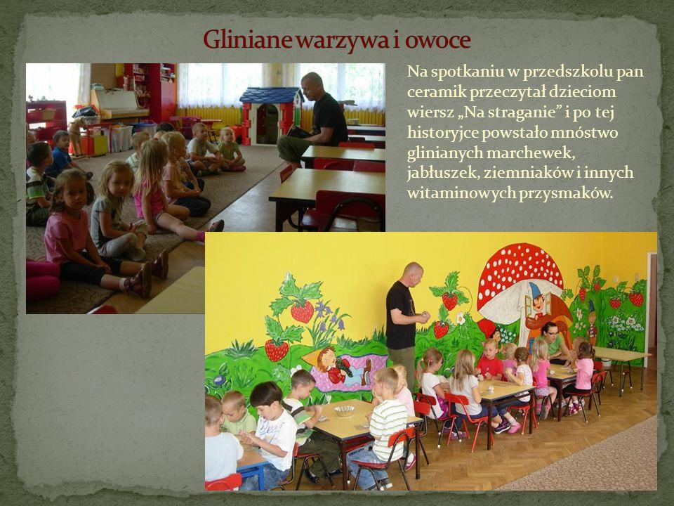 Na spotkaniu w przedszkolu pan ceramik przeczytał dzieciom wiersz Na straganie i po tej historyjce powstało mnóstwo glinianych marchewek, jabłuszek, z