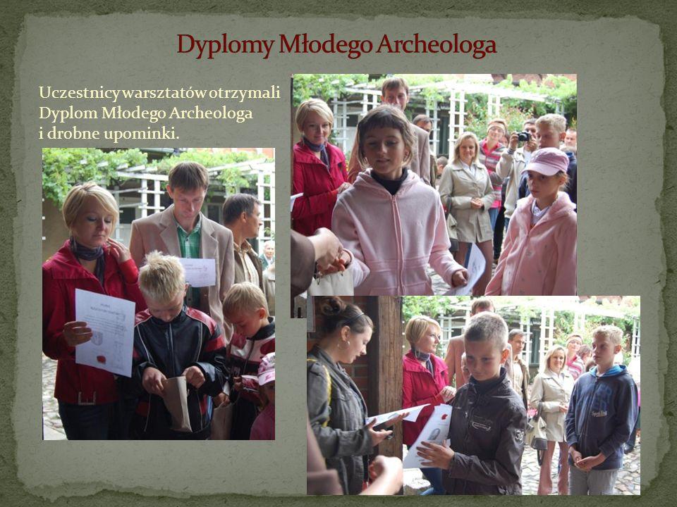 Uczestnicy warsztatów otrzymali Dyplom Młodego Archeologa i drobne upominki.