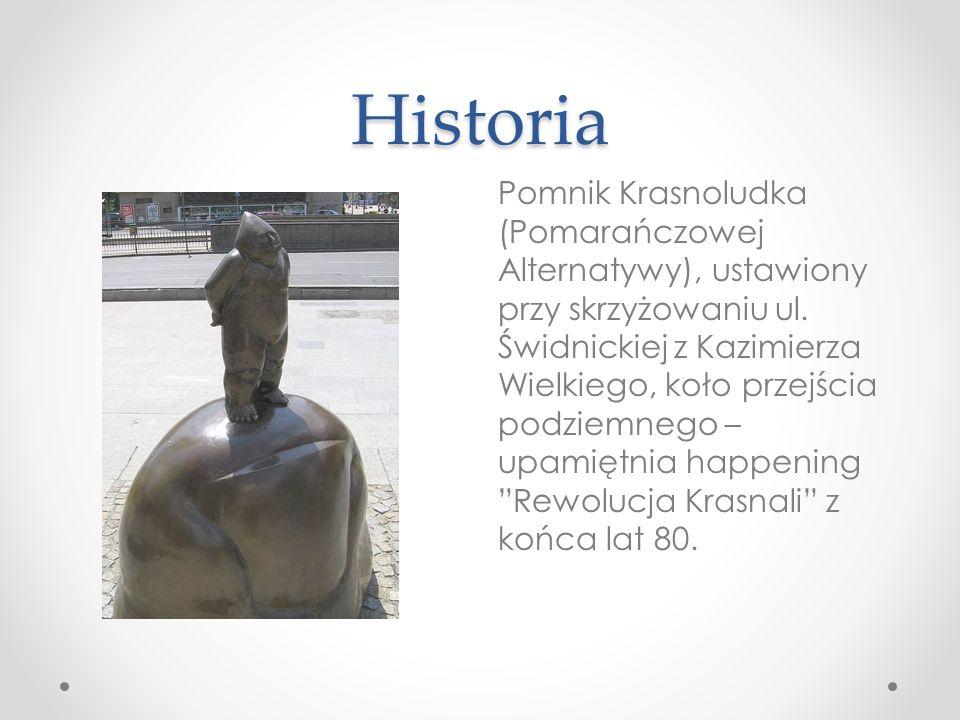 Historia Pomnik Krasnoludka (Pomarańczowej Alternatywy), ustawiony przy skrzyżowaniu ul. Świdnickiej z Kazimierza Wielkiego, koło przejścia podziemneg