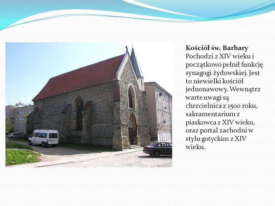 Kościół św. Barbary Pochodzi z XIV wieku i początkowo pełnił funkcję synagogi żydowskiej. Jest to niewielki kościół jednonawowy. Wewnątrz warte uwagi