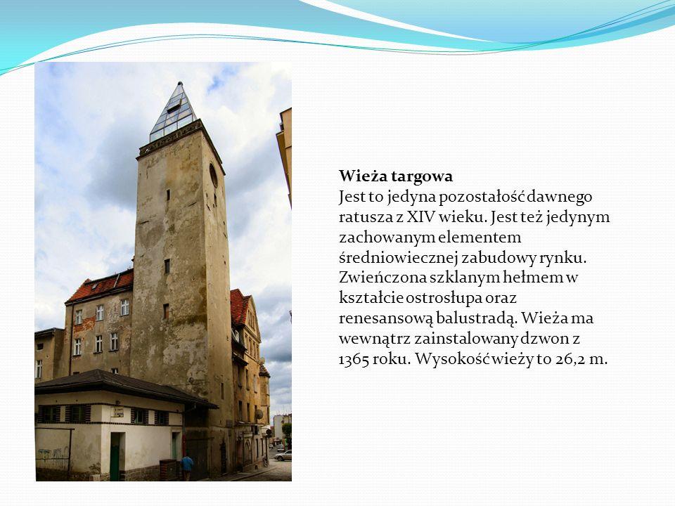 Wieża targowa Jest to jedyna pozostałość dawnego ratusza z XIV wieku. Jest też jedynym zachowanym elementem średniowiecznej zabudowy rynku. Zwieńczona