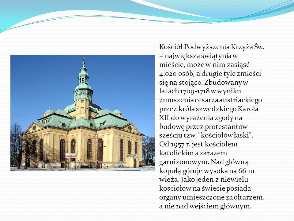 Kościół Podwyższenia Krzyża Św. – największa świątynia w mieście, może w nim zasiąść 4.020 osób, a drugie tyle zmieści się na stojąco. Zbudowany w lat
