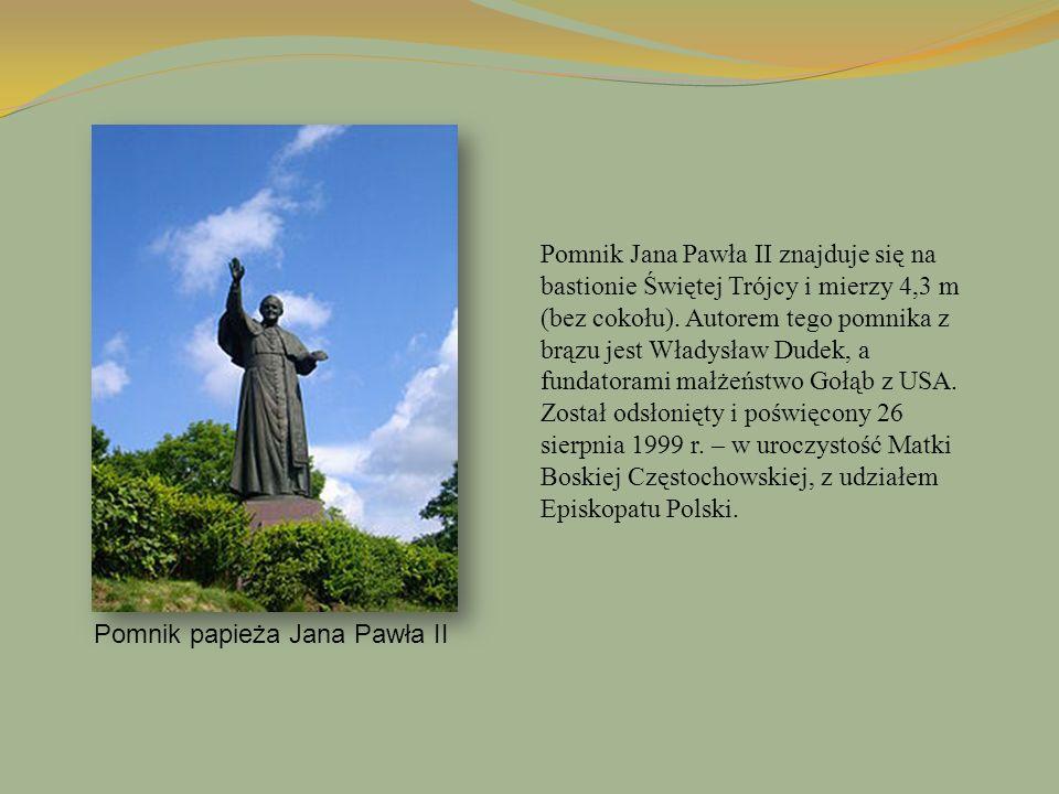 Pomnik papieża Jana Pawła II Pomnik Jana Pawła II znajduje się na bastionie Świętej Trójcy i mierzy 4,3 m (bez cokołu). Autorem tego pomnika z brązu j