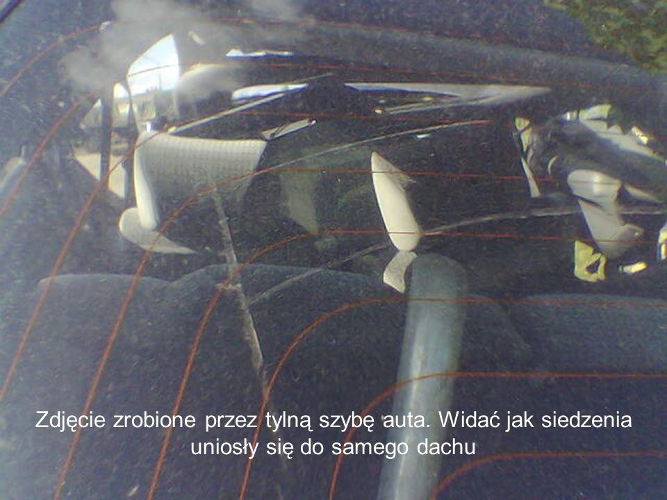 Zdjęcie zrobione przez tylną szybę auta. Widać jak siedzenia uniosły się do samego dachu