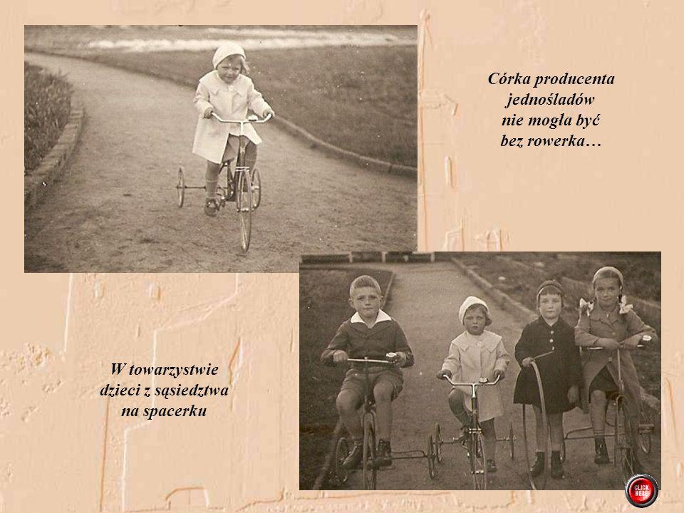 Córka producenta jednośladów nie mogła być bez rowerka… W towarzystwie dzieci z sąsiedztwa na spacerku