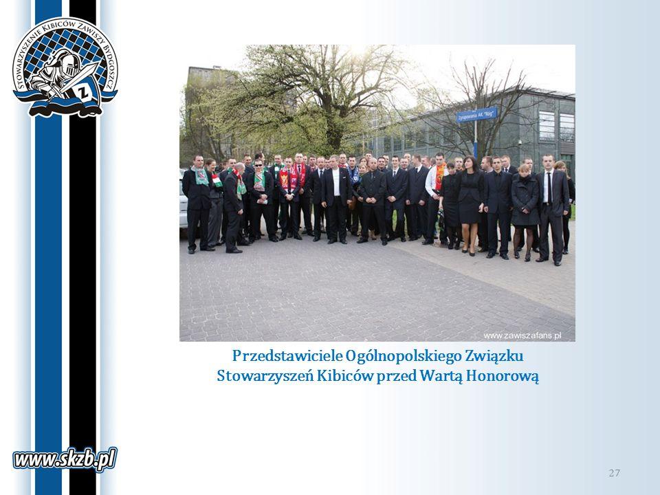 Przedstawiciele Ogólnopolskiego Związku Stowarzyszeń Kibiców przed Wartą Honorową 27
