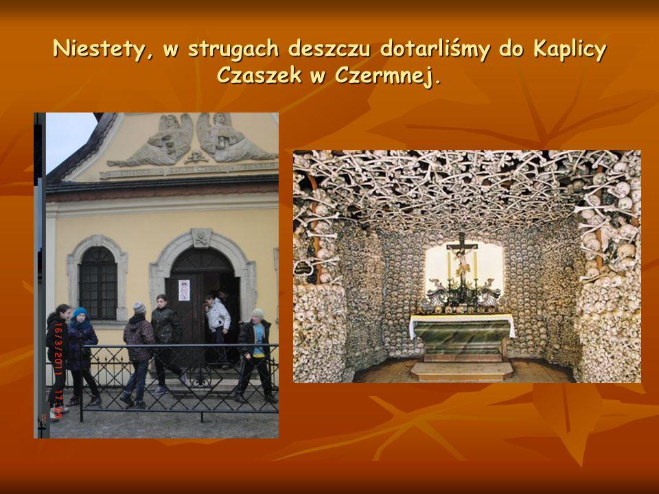 Niestety, w strugach deszczu dotarliśmy do Kaplicy Czaszek w Czermnej.