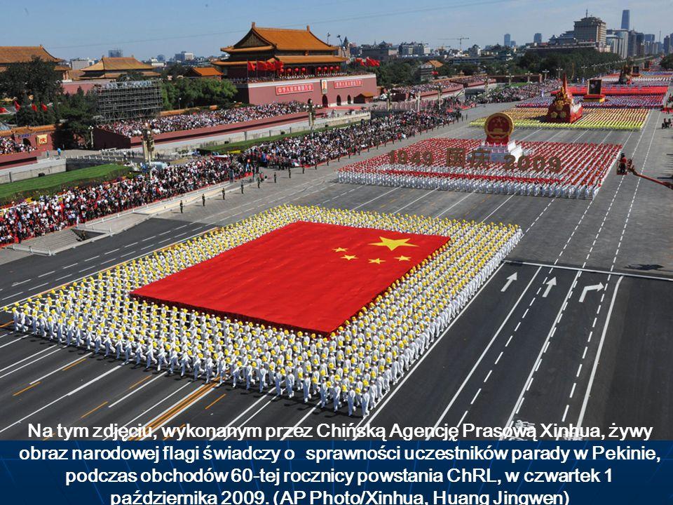 Na tym zdjęciu, wykonanym przez Chińską Agencję Prasową Xinhua, żywy obraz narodowej flagi świadczy o sprawności uczestników parady w Pekinie, podczas