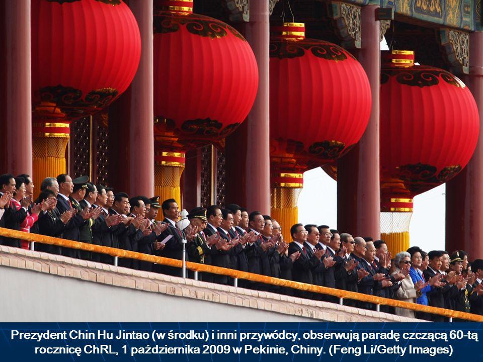 Prezydent Chin Hu Jintao (w środku) i inni przywódcy, obserwują paradę czczącą 60-tą rocznicę ChRL, 1 października 2009 w Pekinie, Chiny. (Feng Li/Get