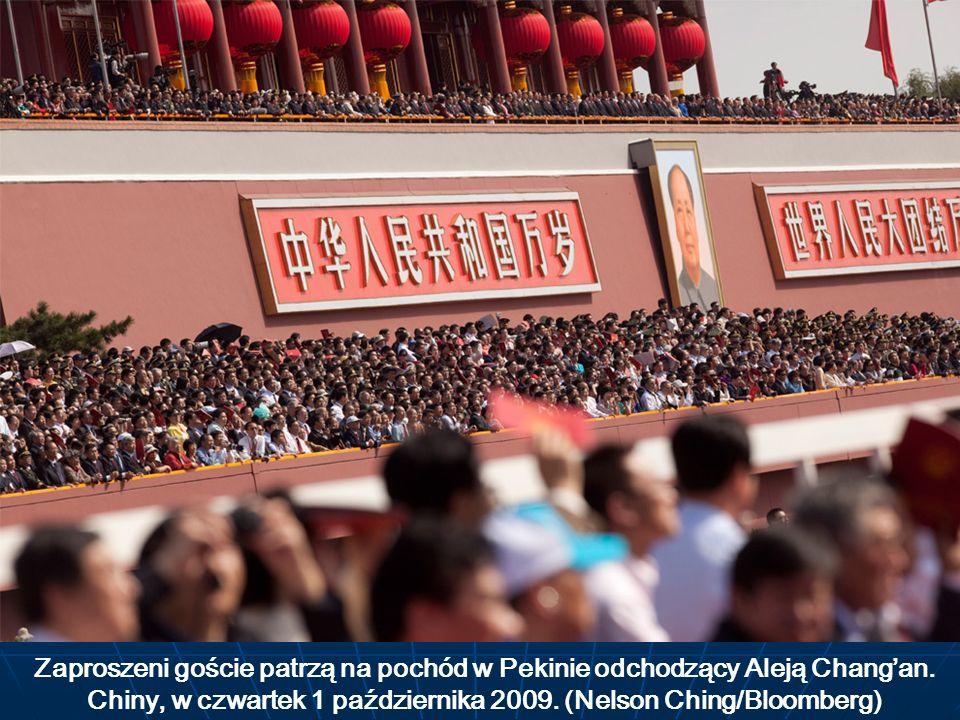 Zaproszeni goście patrzą na pochód w Pekinie odchodzący Aleją Changan. Chiny, w czwartek 1 października 2009. (Nelson Ching/Bloomberg)