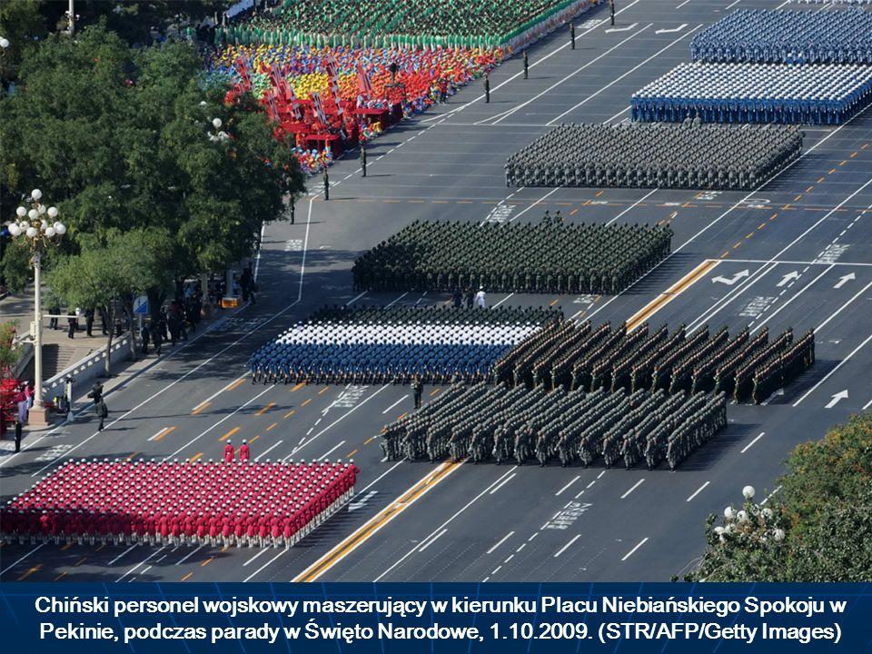 Chiński personel wojskowy maszerujący w kierunku Placu Niebiańskiego Spokoju w Pekinie, podczas parady w Święto Narodowe, 1.10.2009. (STR/AFP/Getty Im