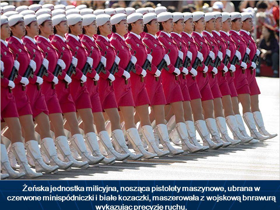 Żeńska jednostka milicyjna, nosząca pistolety maszynowe, ubrana w czerwone minispódniczki i białe kozaczki, maszerowała z wojskową bnrawurą wykazując