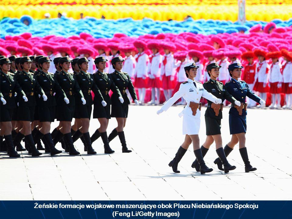 Żeńskie formacje wojskowe maszerującye obok Placu Niebiańskiego Spokoju (Feng Li/Getty Images)