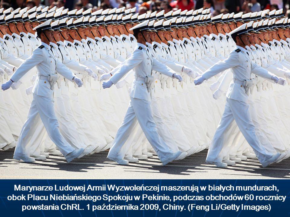 Marynarze Ludowej Armii Wyzwoleńczej maszerują w białych mundurach, obok Placu Niebiańskiego Spokoju w Pekinie, podczas obchodów 60 rocznicy powstania