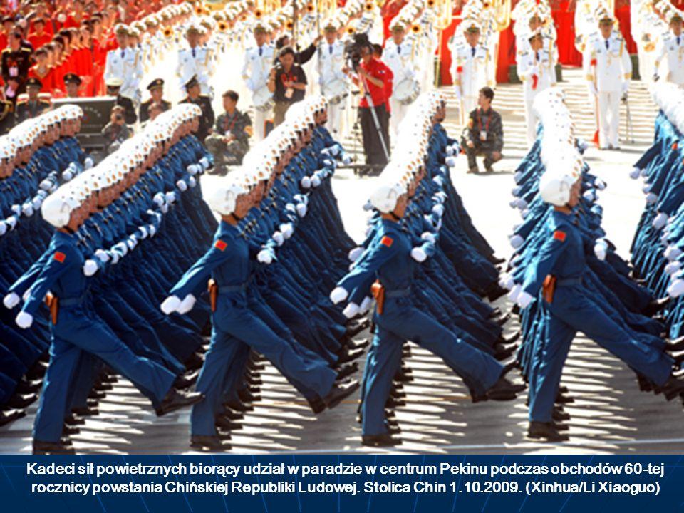 Kadeci sił powietrznych biorący udział w paradzie w centrum Pekinu podczas obchodów 60-tej rocznicy powstania Chińskiej Republiki Ludowej. Stolica Chi
