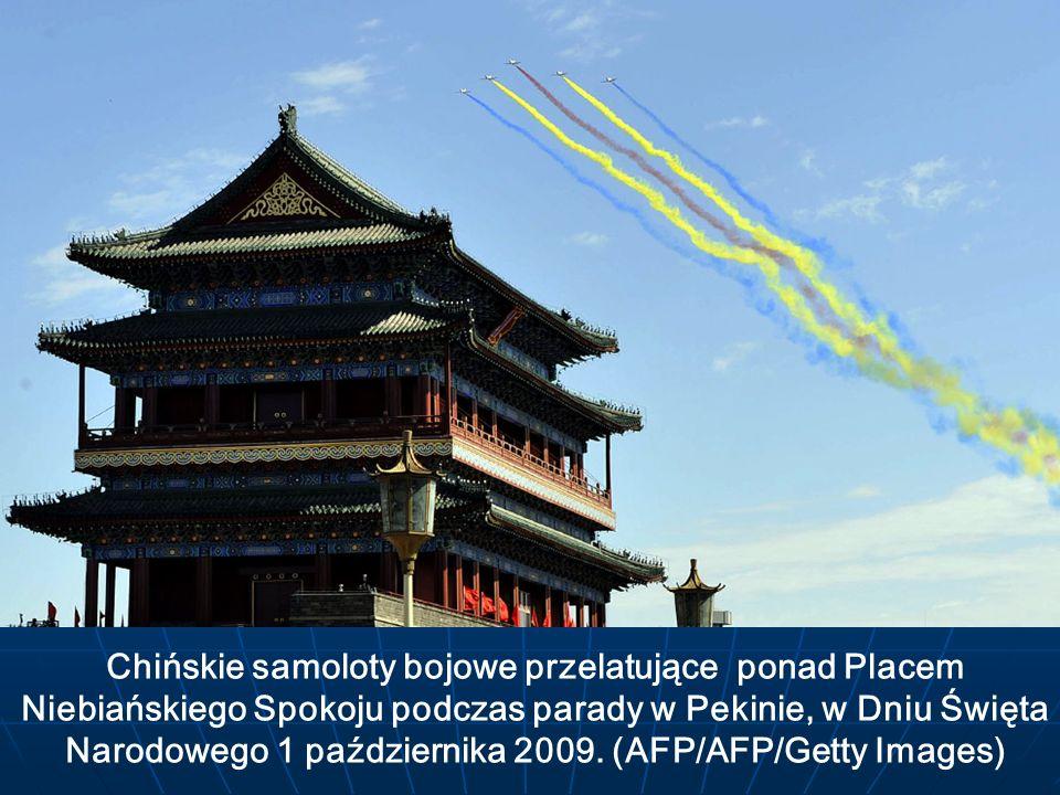 Chińskie samoloty bojowe przelatujące ponad Placem Niebiańskiego Spokoju podczas parady w Pekinie, w Dniu Święta Narodowego 1 października 2009. (AFP/