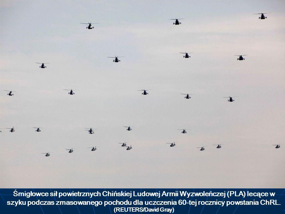 Śmigłowce sił powietrznych Chińskiej Ludowej Armii Wyzwoleńczej (PLA) lecące w szyku podczas zmasowanego pochodu dla uczczenia 60-tej rocznicy powstan