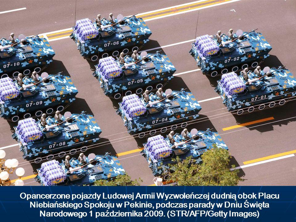 Opancerzone pojazdy Ludowej Armii Wyzwoleńczej dudnią obok Placu Niebiańskiego Spokoju w Pekinie, podczas parady w Dniu Święta Narodowego 1 październi