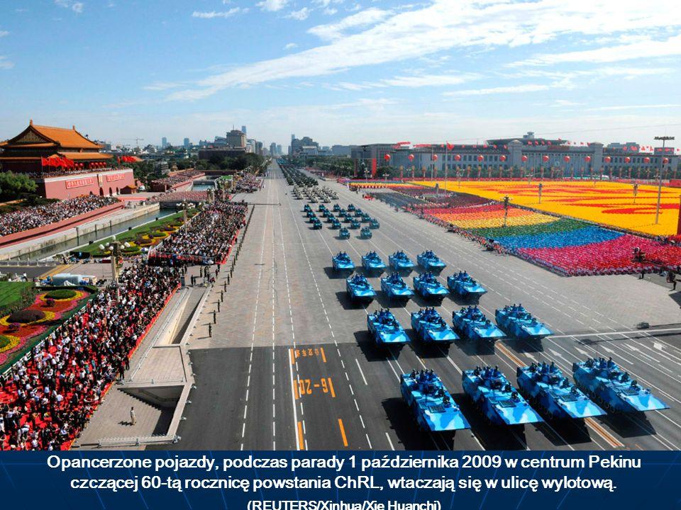 Opancerzone pojazdy, podczas parady 1 października 2009 w centrum Pekinu czczącej 60-tą rocznicę powstania ChRL, wtaczają się w ulicę wylotową. (REUTE
