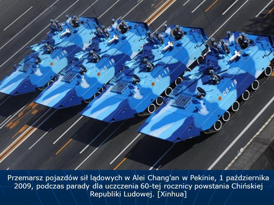 Przemarsz pojazdów sił lądowych w Alei Chang'an w Pekinie, 1 października 2009, podczas parady dla uczczenia 60-tej rocznicy powstania Chińskiej Repub
