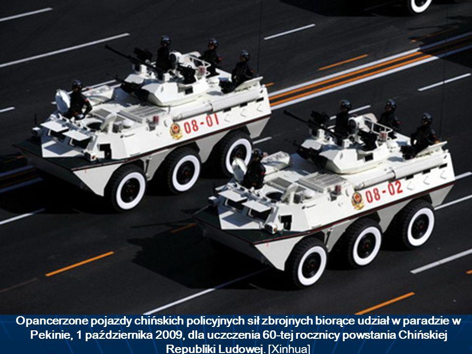 Opancerzone pojazdy chińskich policyjnych sił zbrojnych biorące udział w paradzie w Pekinie, 1 października 2009, dla uczczenia 60-tej rocznicy powsta