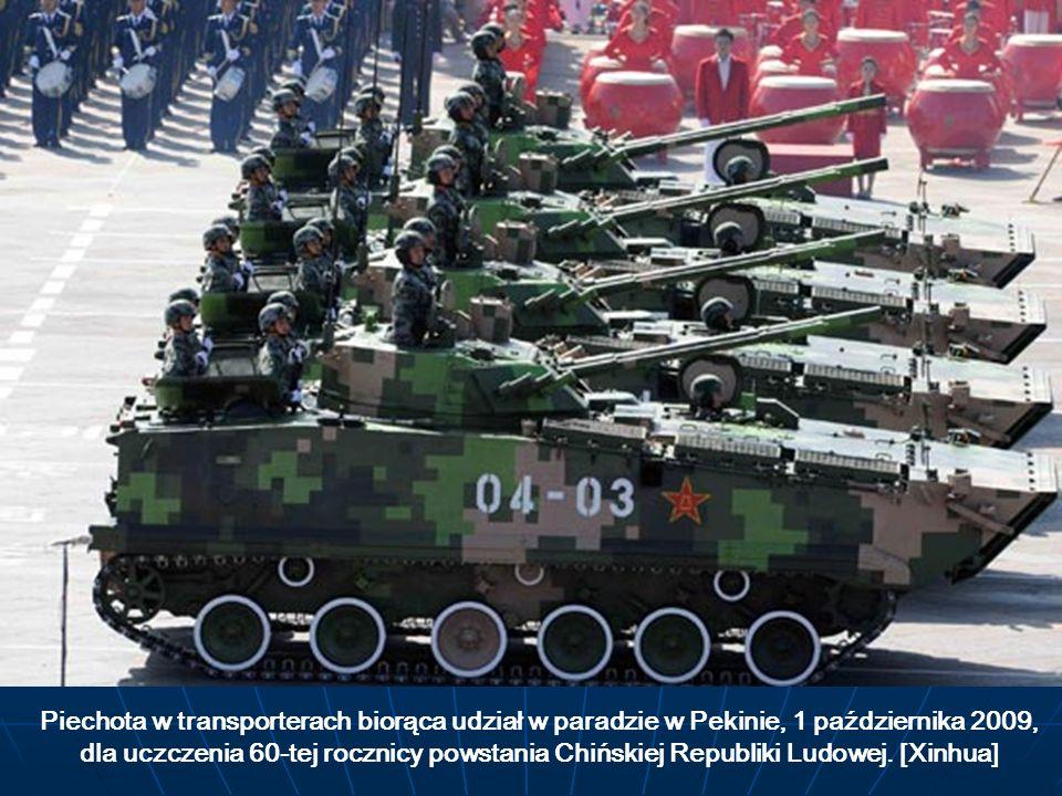 Piechota w transporterach biorąca udział w paradzie w Pekinie, 1 października 2009, dla uczczenia 60-tej rocznicy powstania Chińskiej Republiki Ludowe